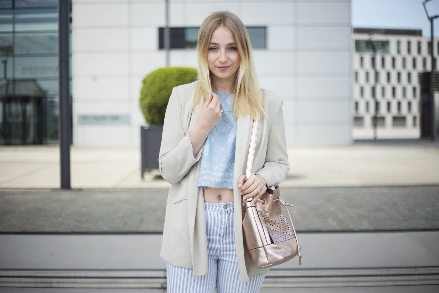 Striped Jeans und helle Farben Outfit
