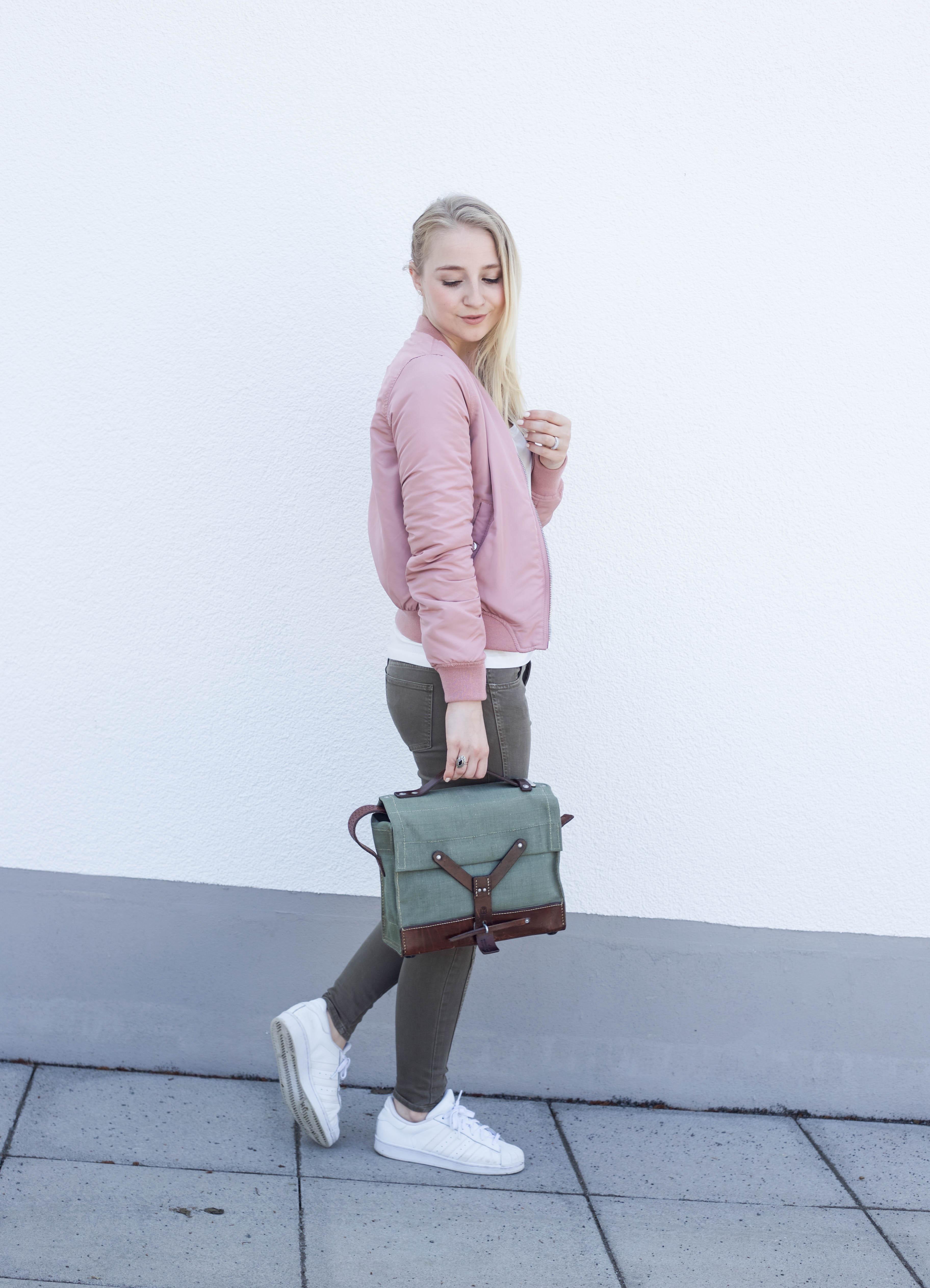 rosa-bomberjacke.weiße-sneaker-adidas superstars-outfit-fashionblog-cologne-berlin_0728