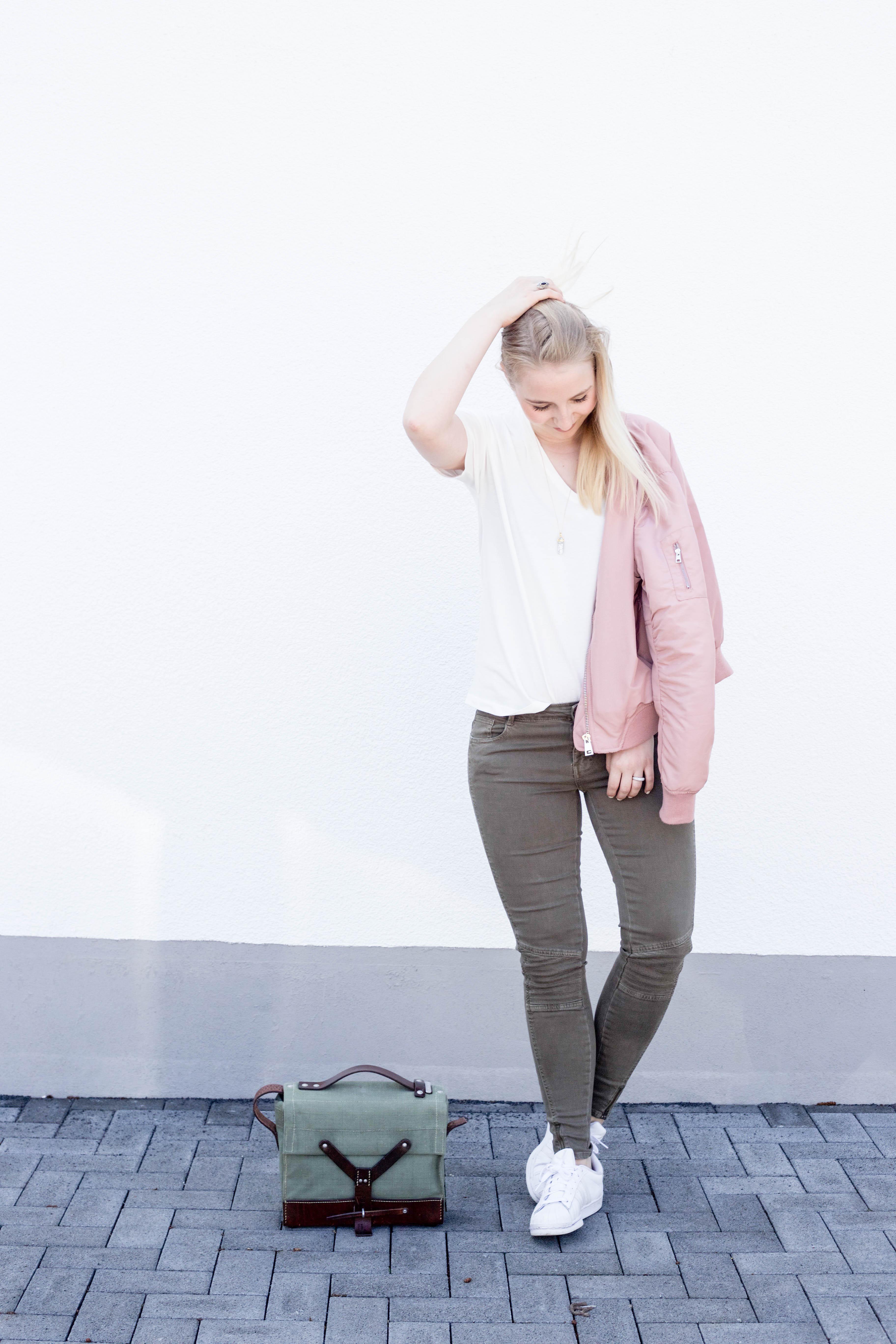 rosa-bomberjacke.weiße-sneaker-adidas superstars-outfit-fashionblog-cologne-berlin_0760