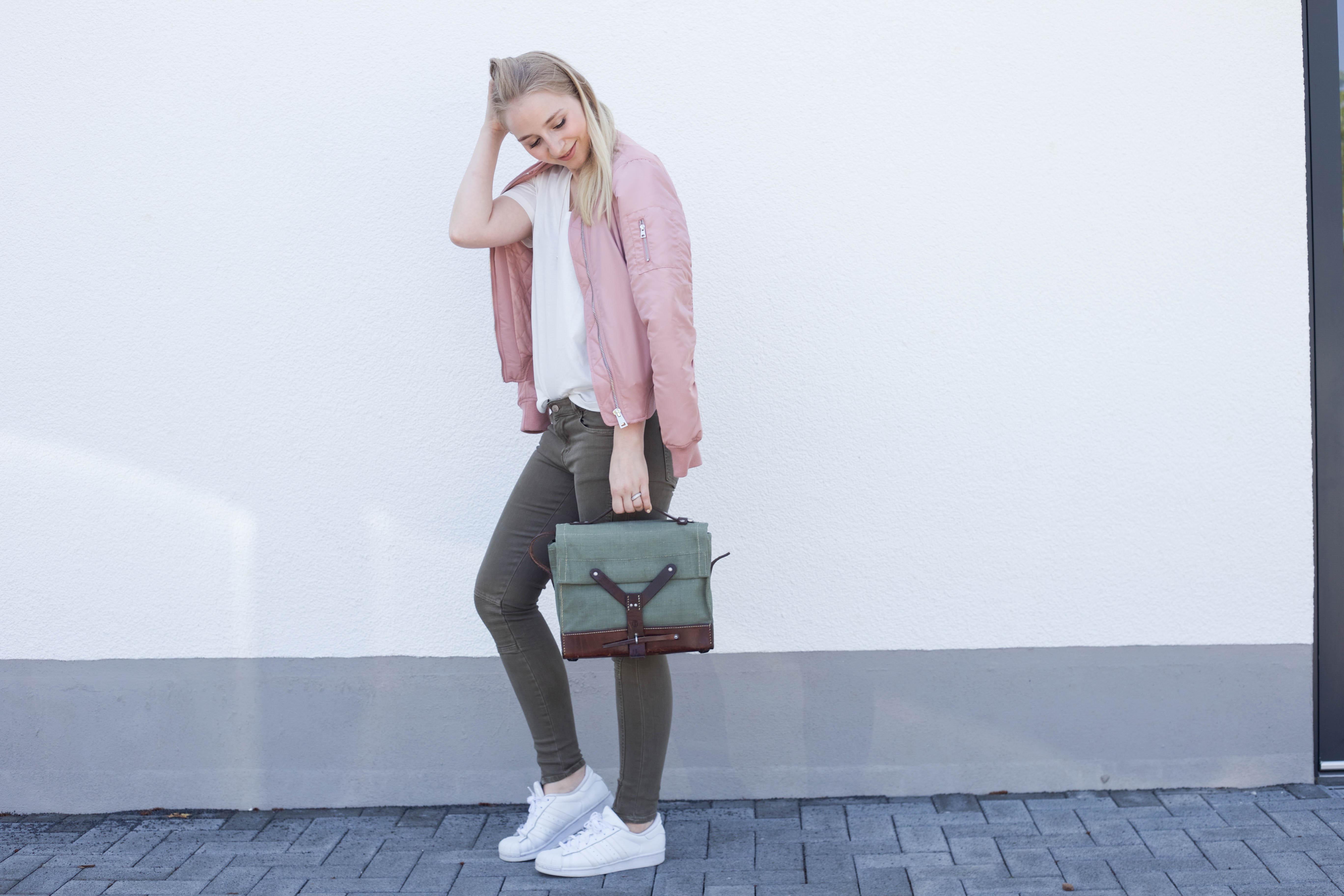 rosa-bomberjacke-weiße-sneaker-adidas superstars-outfit-fashionblog-cologne-berlin_0831