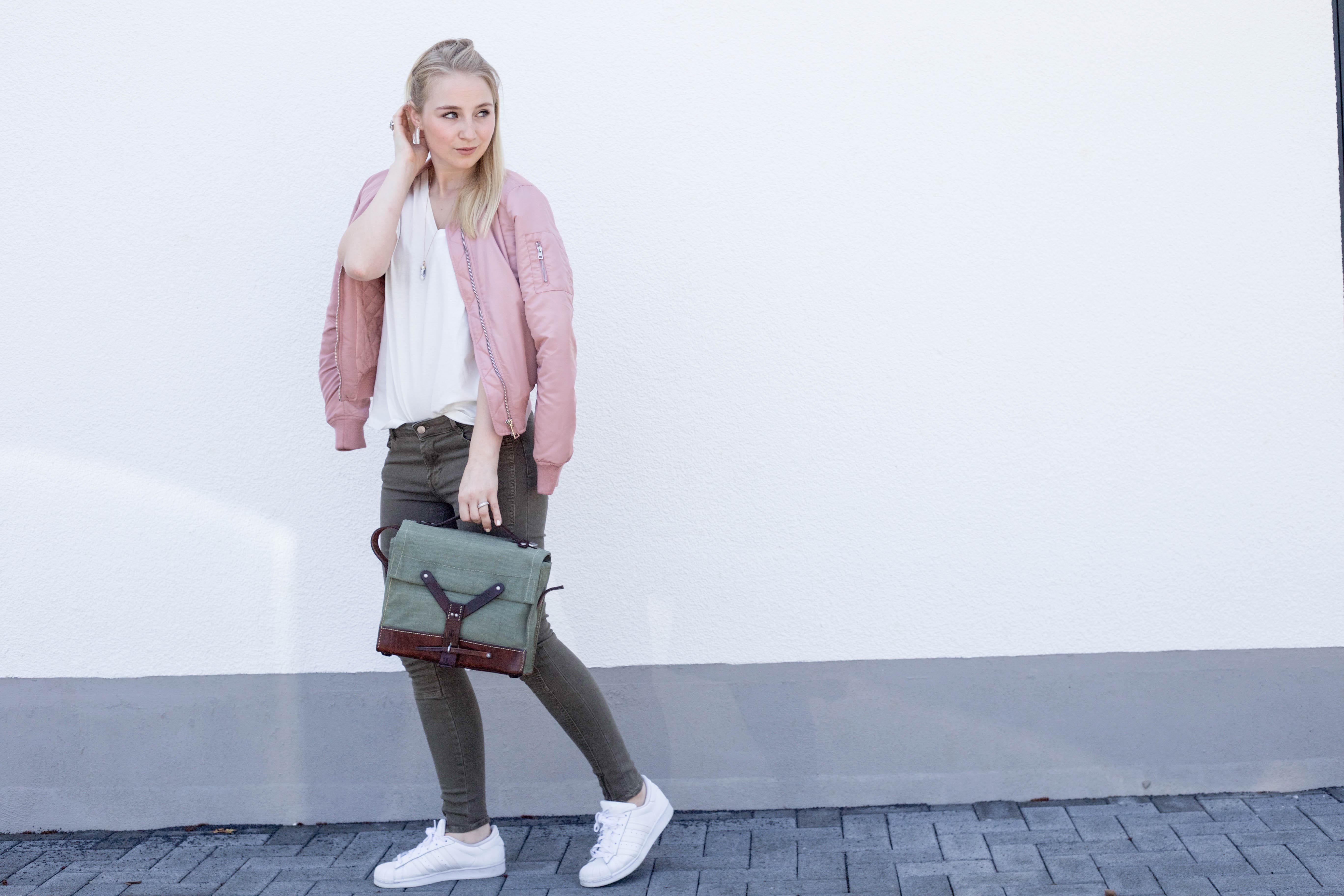 rosa-bomberjacke-weiße-sneaker-adidas superstars-outfit-fashionblog-cologne-berlin_0834
