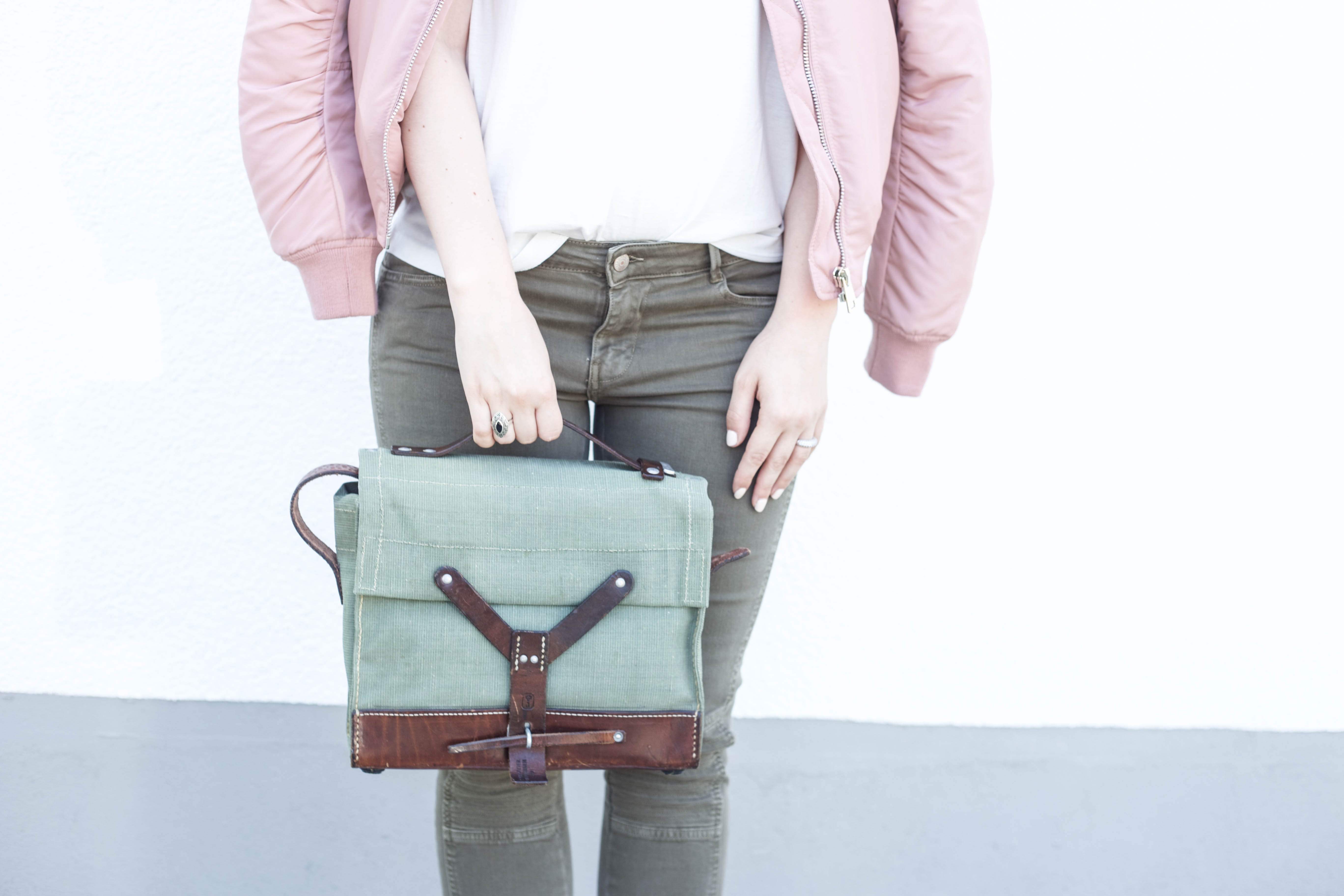 rosa-bomberjacke-weiße-sneaker-adidas superstars-outfit-fashionblog-cologne-berlin_0852