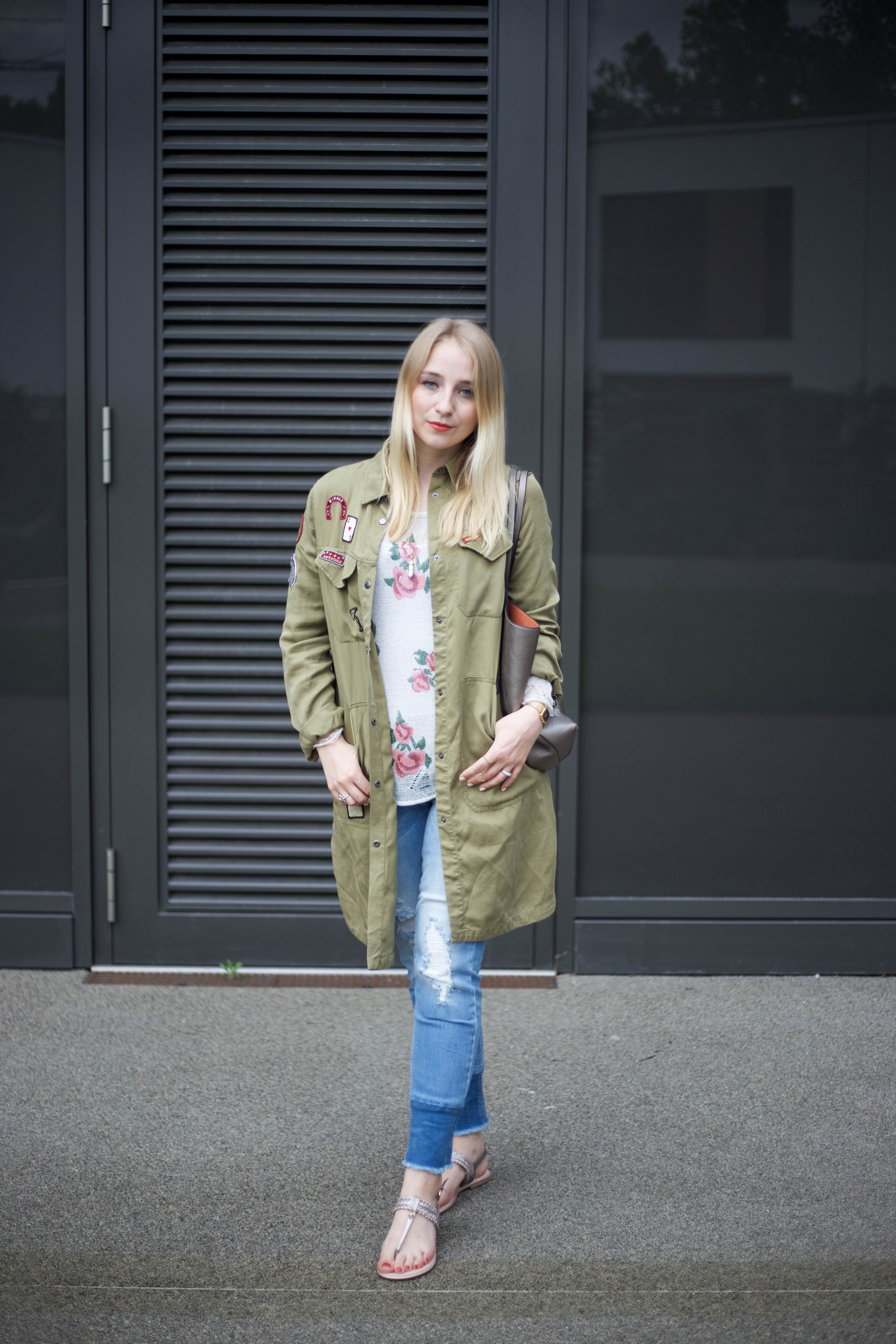 roland-schuhe-trendpage-outfit-jacke-patches-ripped-jeans_9377