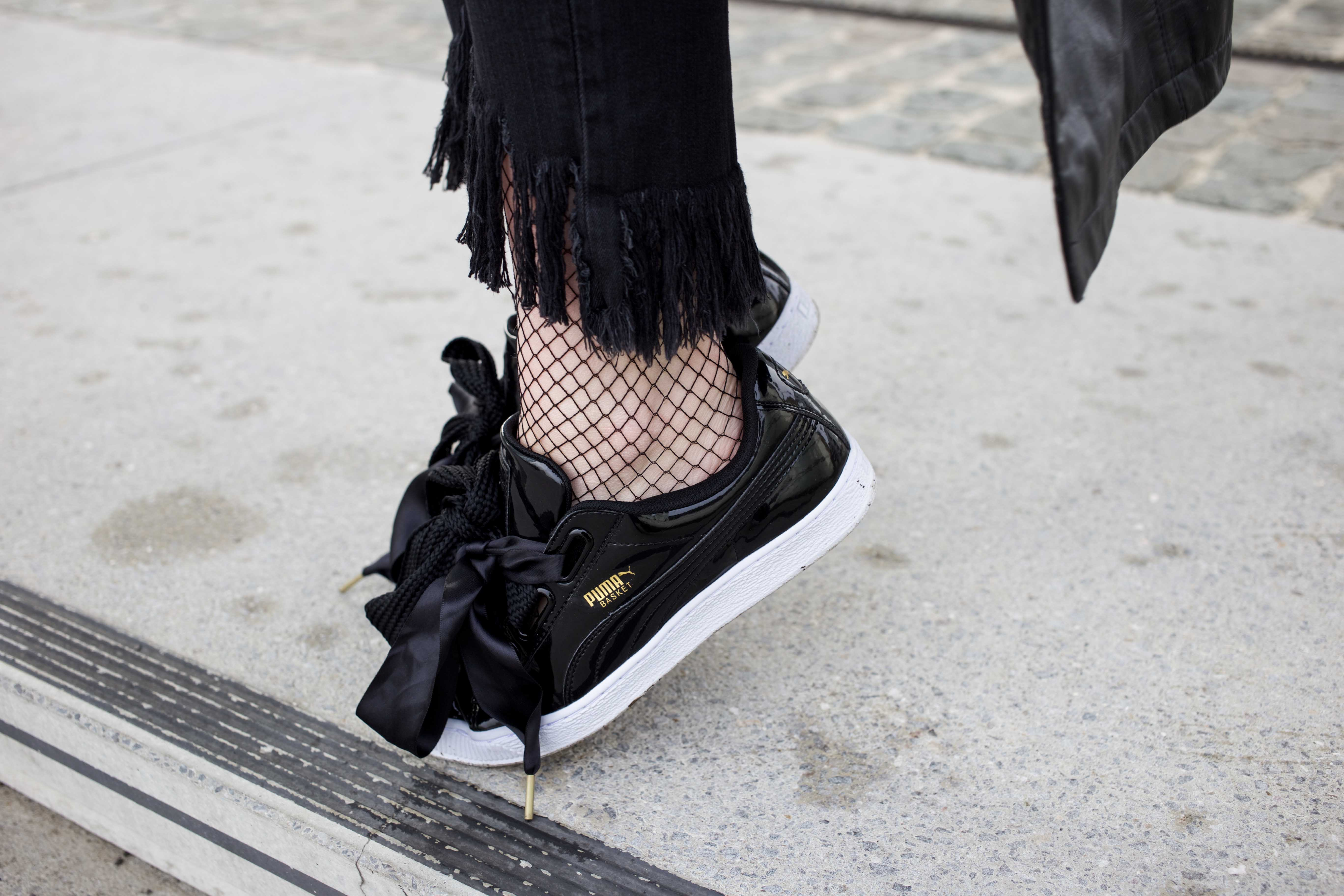 Netzstrumpfhose-kombinieren-Trend-Outfit-Fashionblog-PUMA-Basket-Ledermante_9507