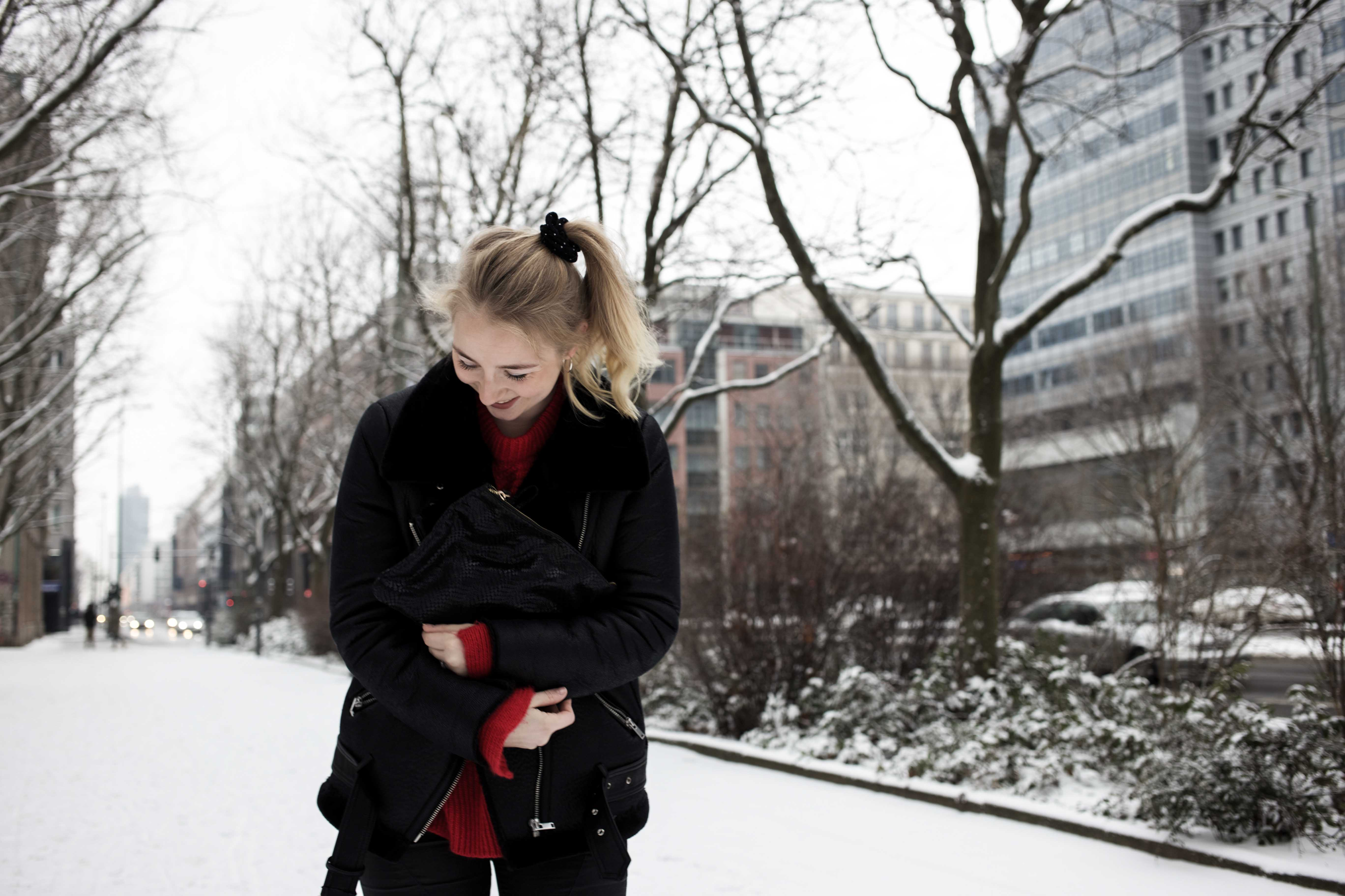 roter-pullover-outfit-berlin-schnee-streetstyle-fashionblog-modeblog_8351