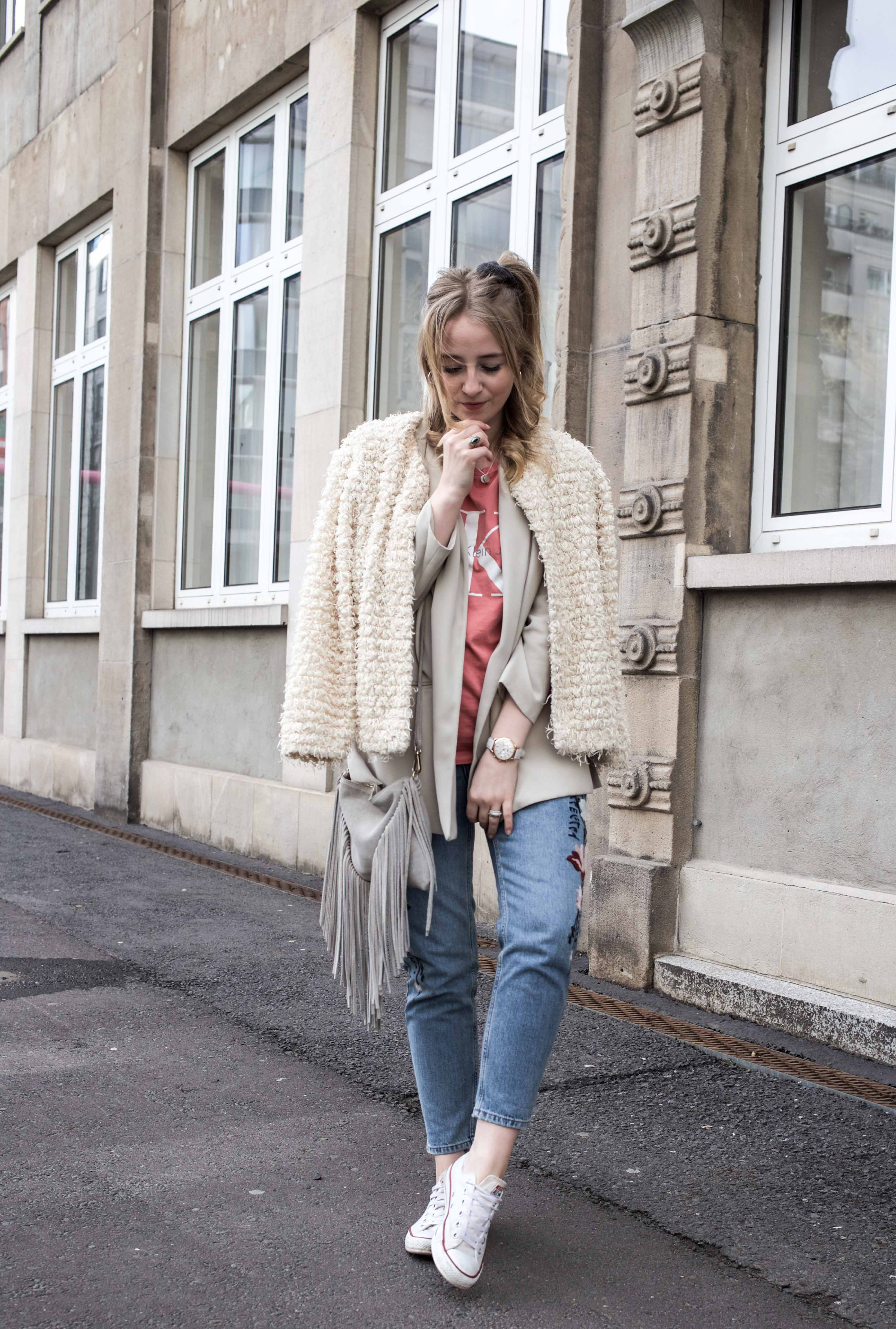 Frühlingslook-Berlin-Mom-Jeans-Blumenprint-Fashionblog-Blogger-Calvin-Klein-Tshirt-streetstyle_4612