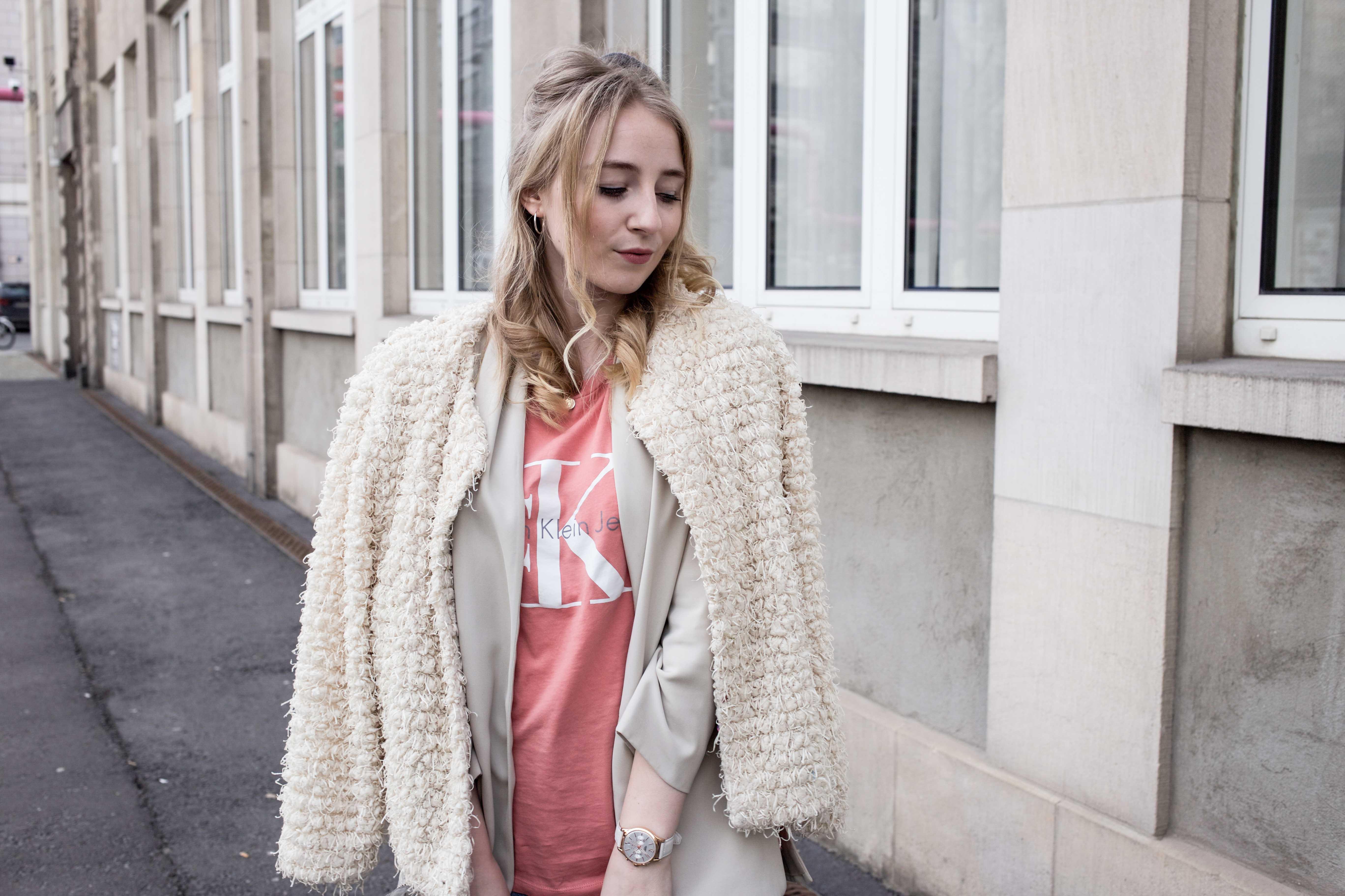 Frühlingslook-Berlin-Mom-Jeans-Blumenprint-Fashionblog-Blogger-Calvin-Klein-Tshirt-streetstyle_4649