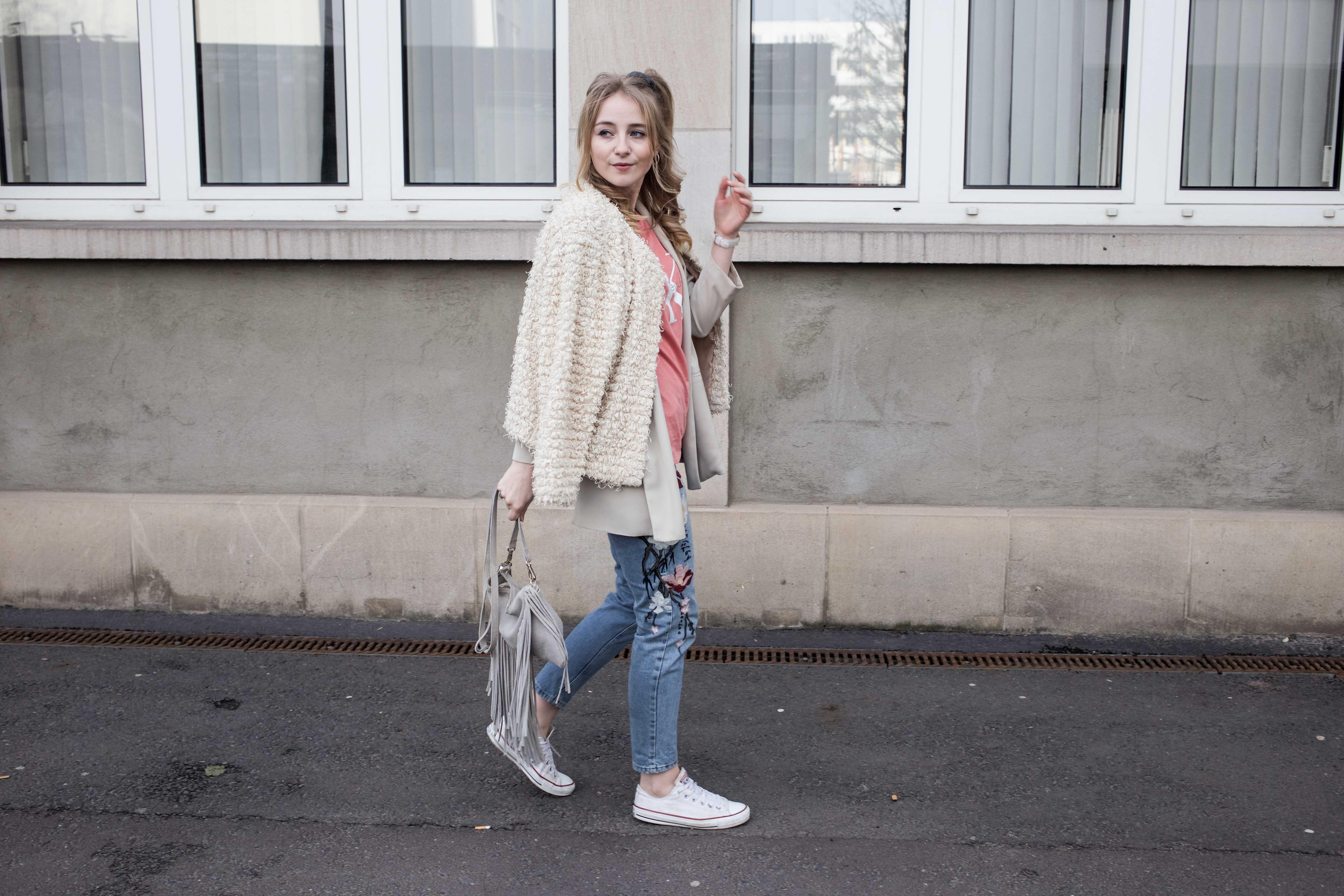 Frühlingslook-Berlin-Mom-Jeans-Blumenprint-Fashionblog-Blogger-Calvin-Klein-Tshirt-streetstyle_4674