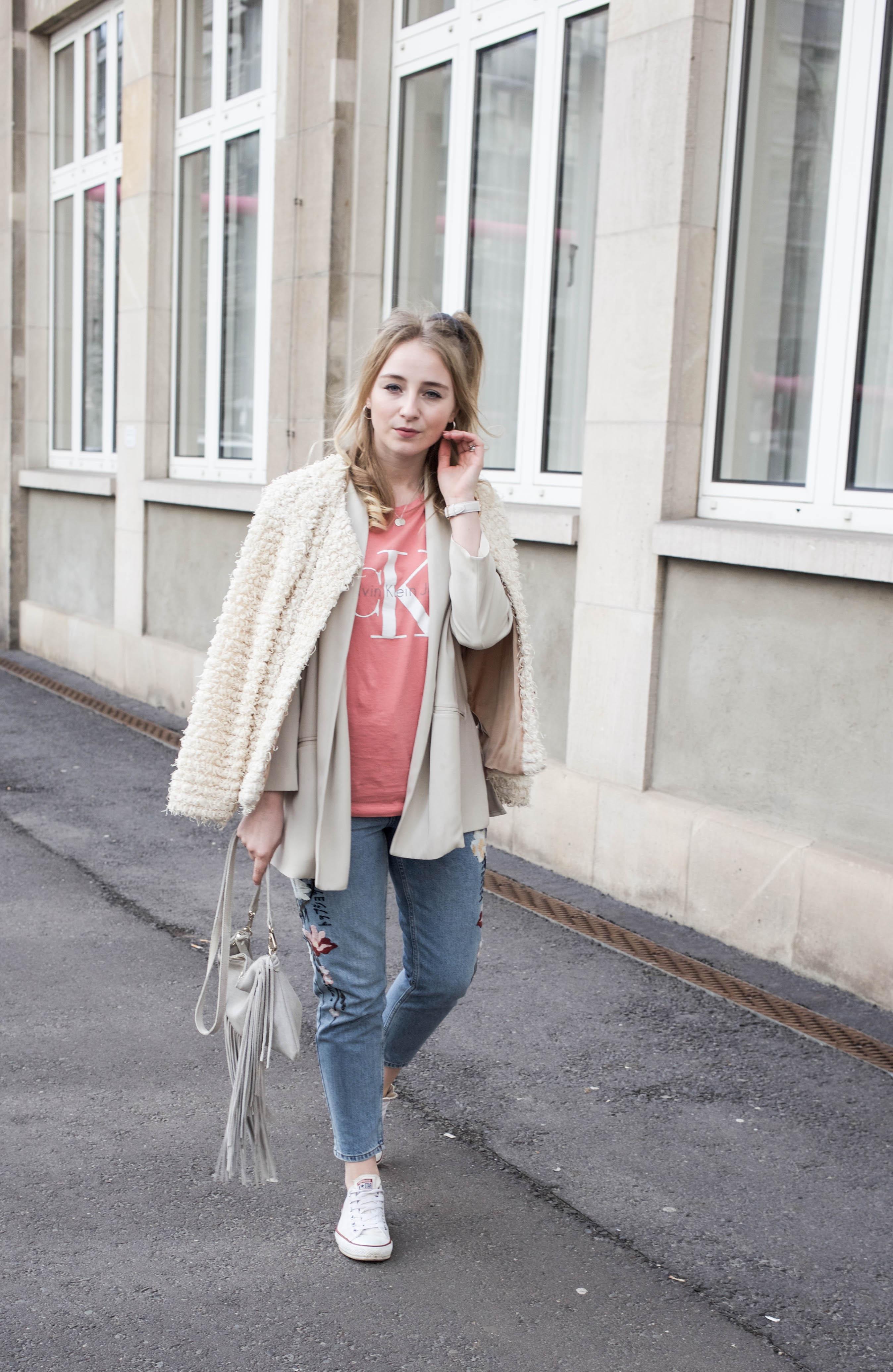 Frühlingslook-Berlin-Mom-Jeans-Blumenprint-Fashionblog-Blogger-Calvin-Klein-Tshirt-streetstyle_4717