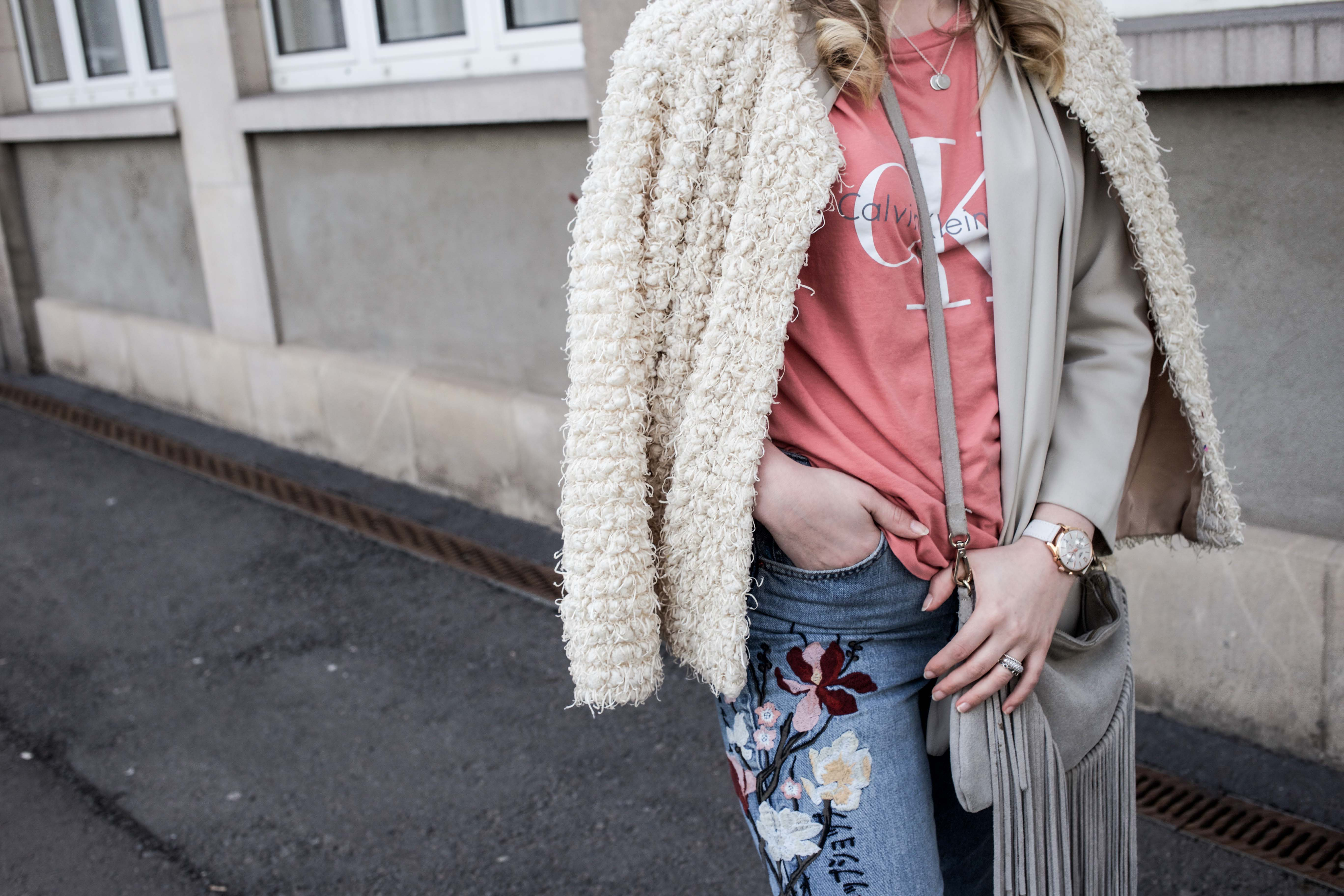 Frühlingslook-Berlin-Mom-Jeans-Blumenprint-Fashionblog-Blogger-Calvin-Klein-Tshirt-streetstyle_4742