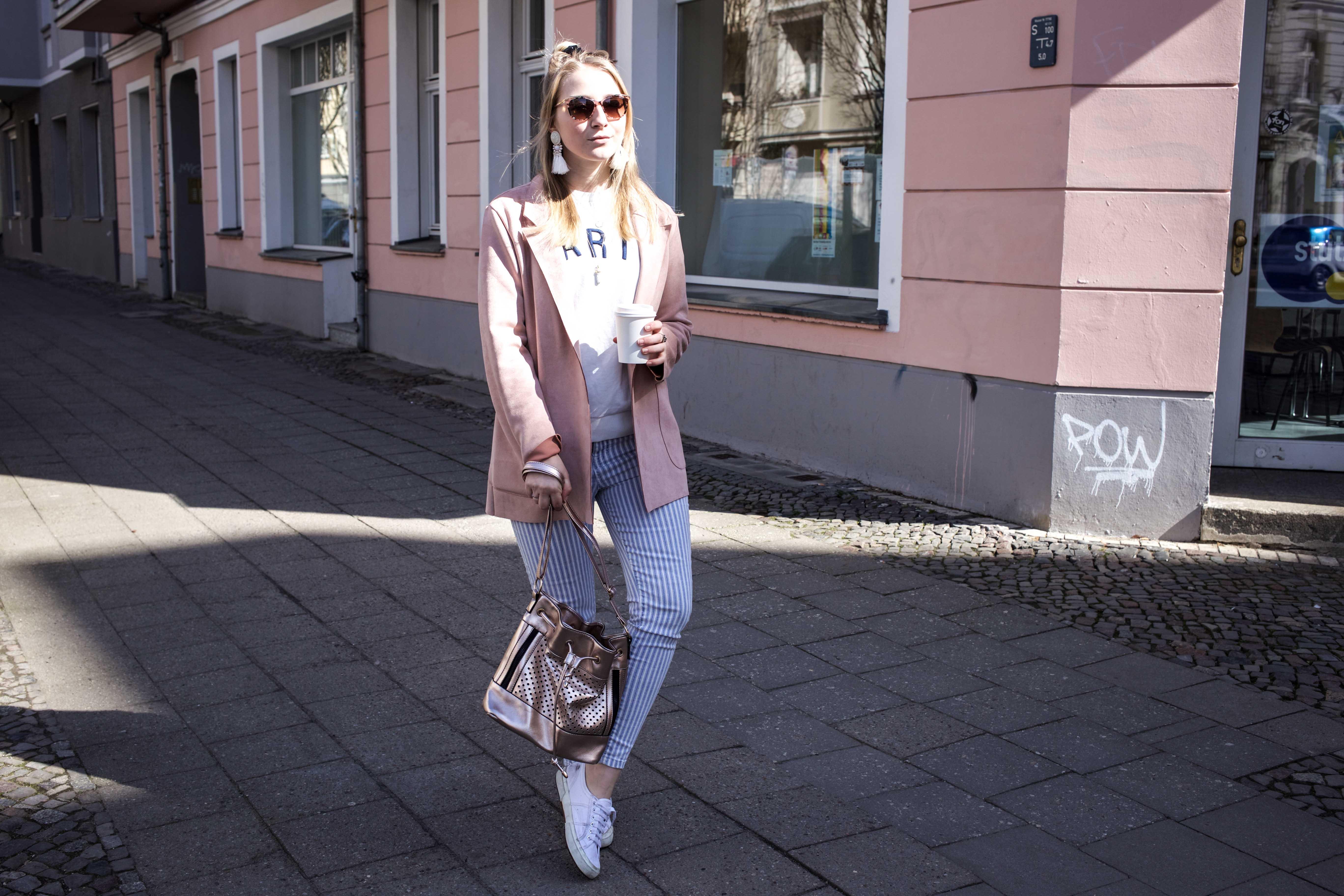 spring-look-frühlingsoutfit-rosegold-rosa-gestreifte-jeans-prenzlauer-berg_5182
