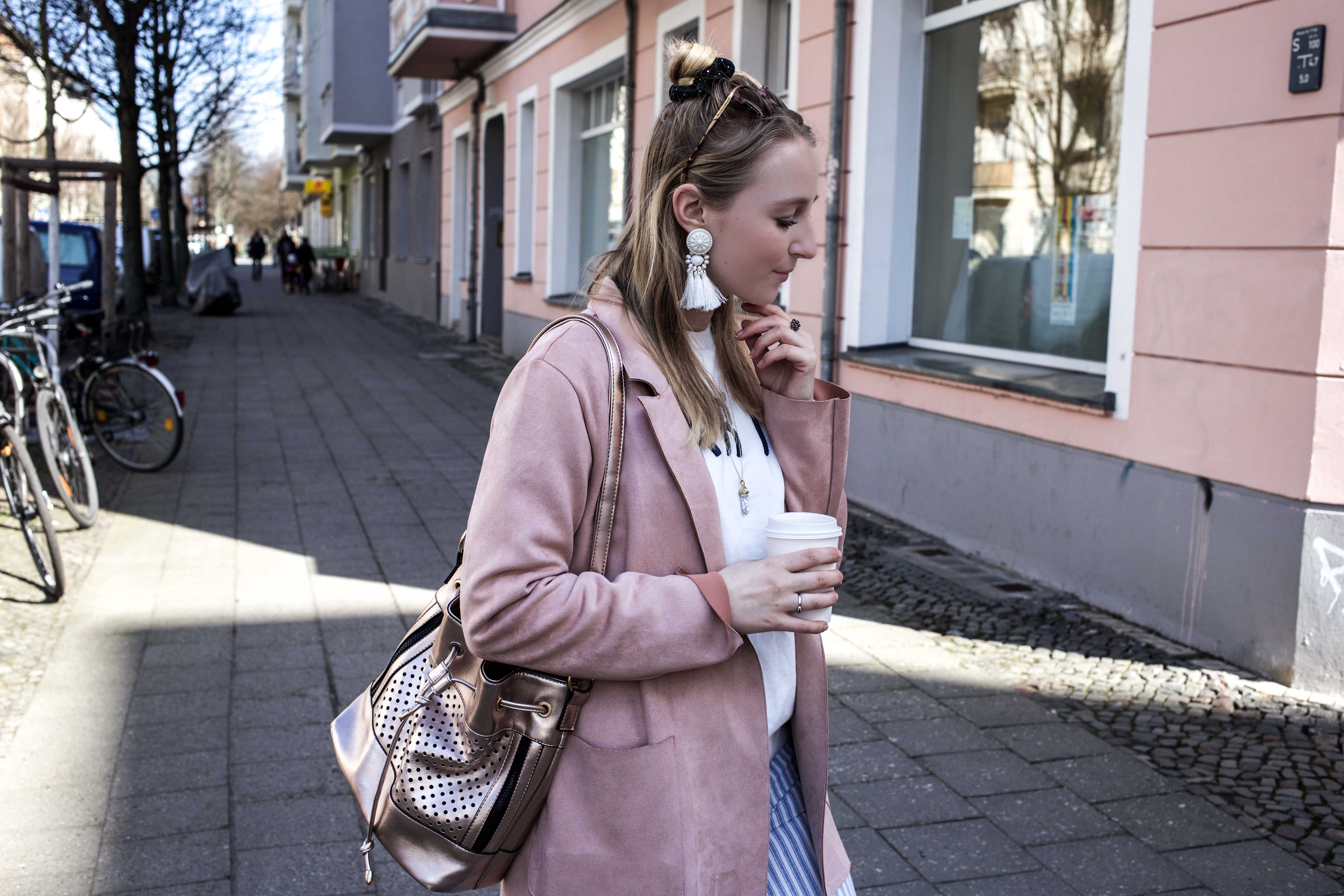 spring-look-frühlingsoutfit-rosegold-rosa-gestreifte-jeans-prenzlauer-berg_5200