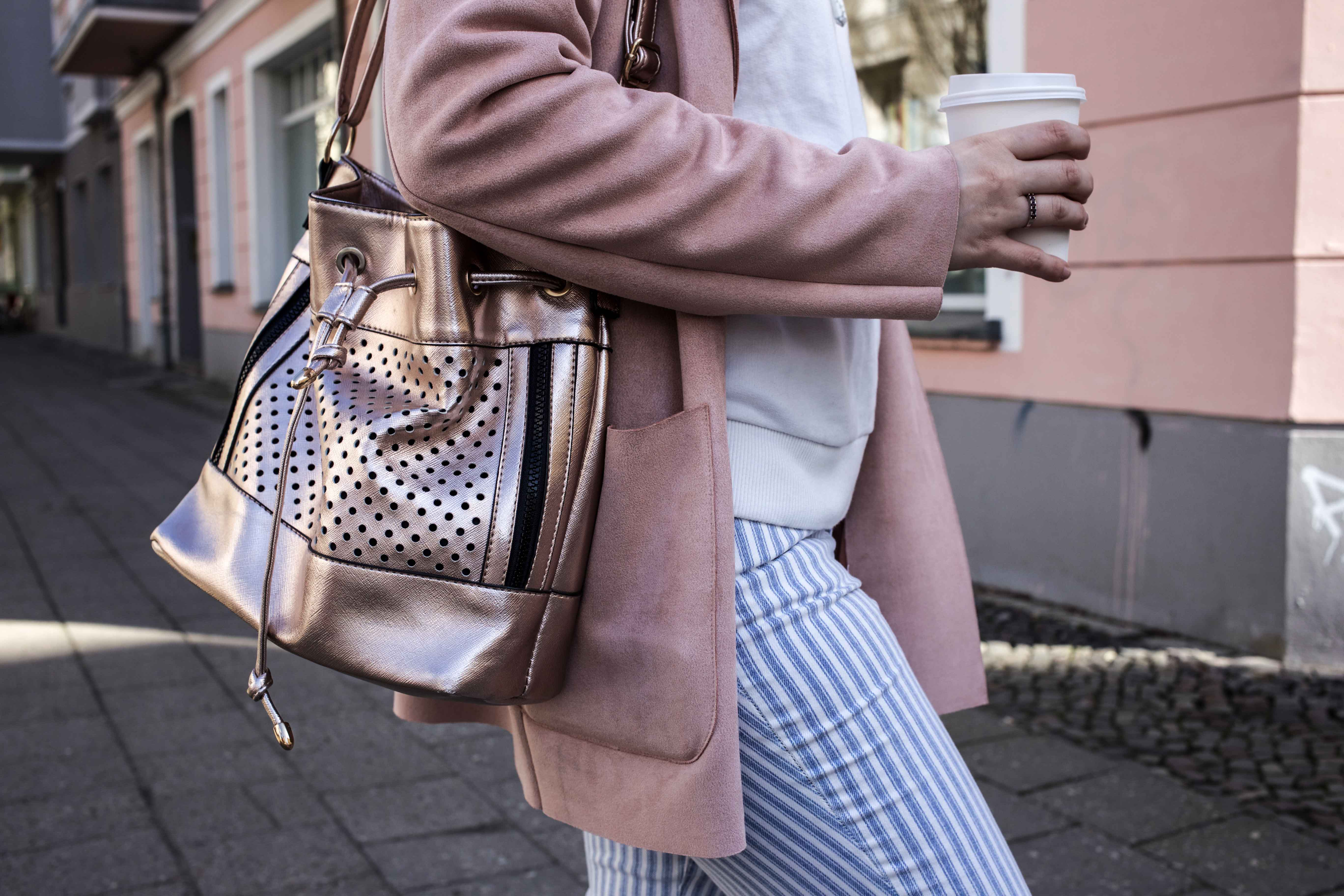 spring-look-frühlingsoutfit-rosegold-rosa-gestreifte-jeans-prenzlauer-berg_5234