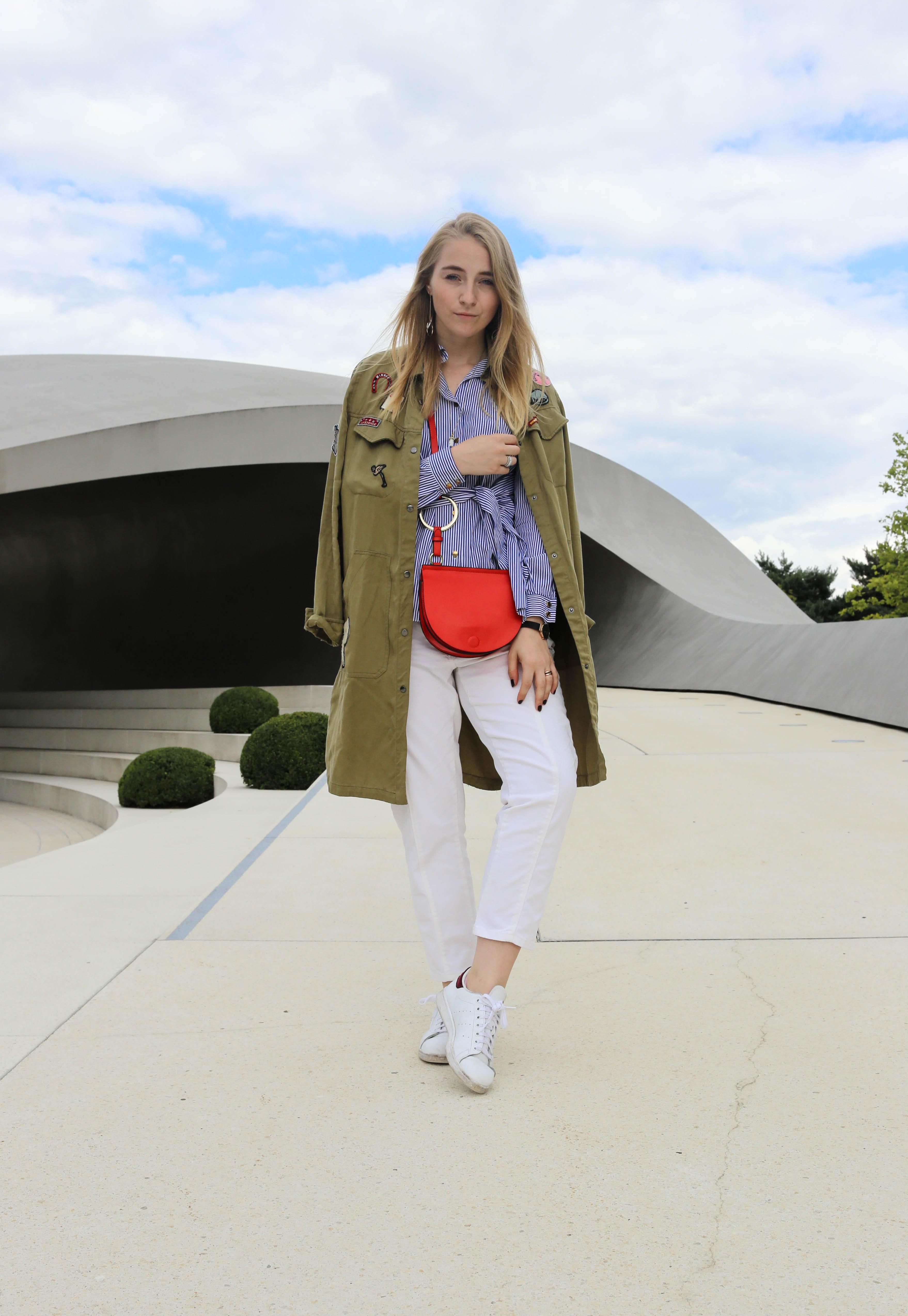 die-kleine-rote-weiße-hose-sneaker-schleifenbluse-zugeschnürt-modeblog_9721