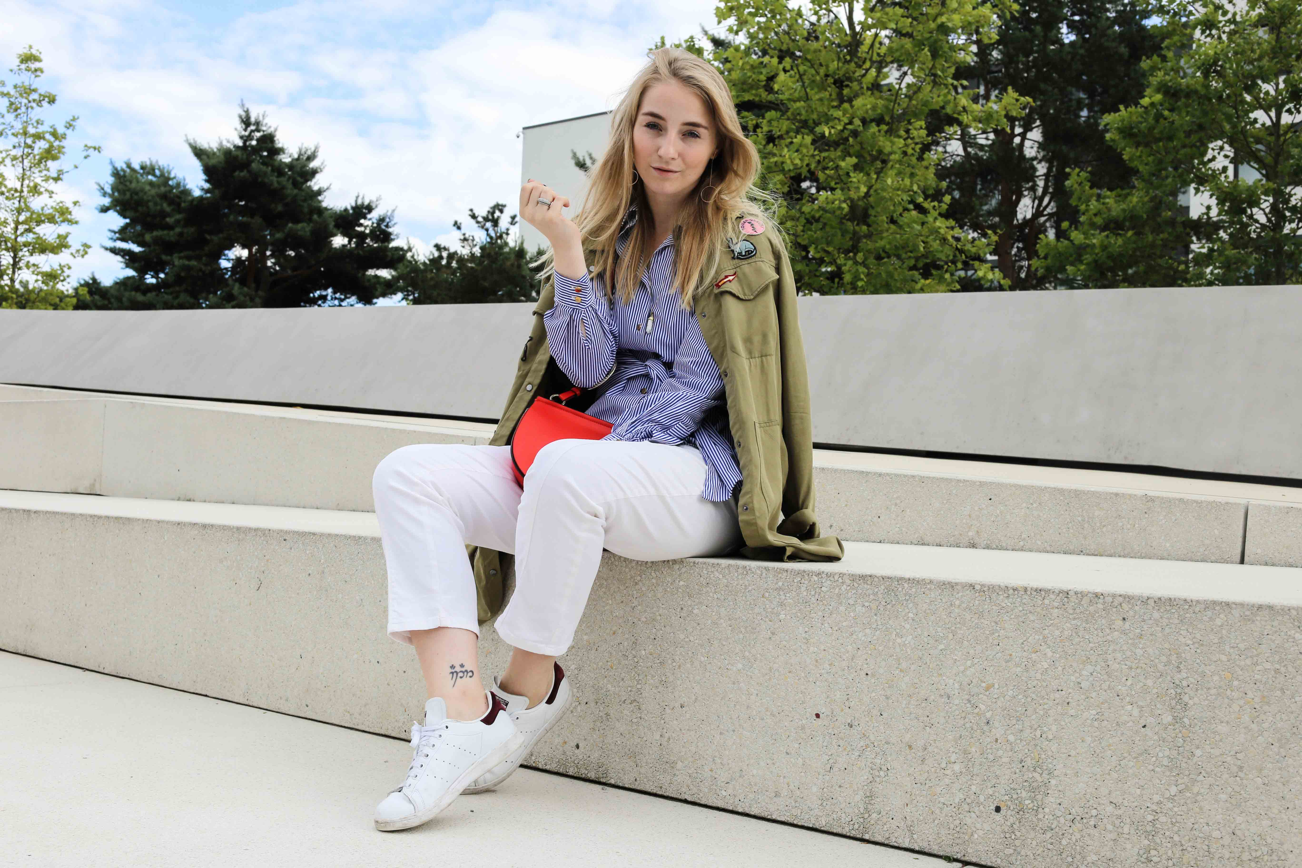 die-kleine-rote-weiße-hose-sneaker-schleifenbluse-zugeschnürt-modeblog_9769