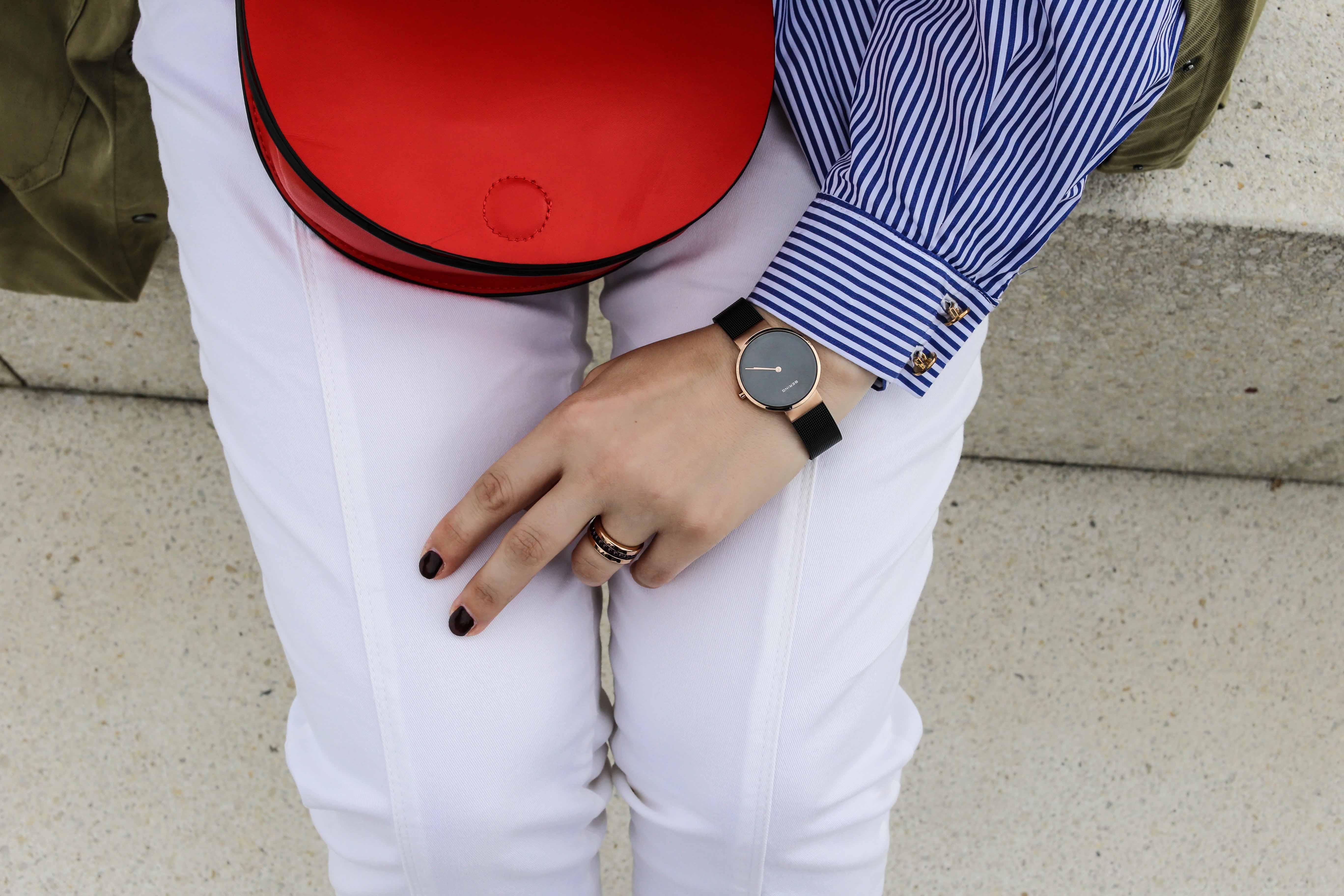 die-kleine-rote-weiße-hose-sneaker-schleifenbluse-zugeschnürt-modeblog_9781