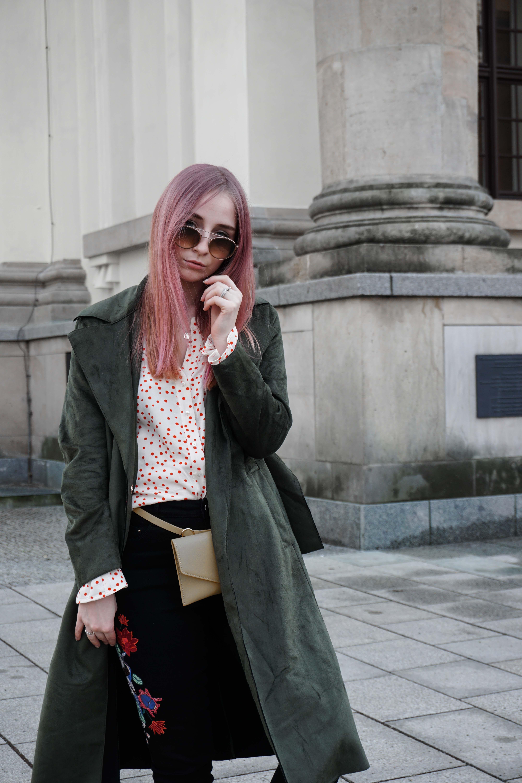 frühlingslook-grüner-trenchcoat-schwarze-straight-leg-jeans-modeblog-berlin-fashionblog-blogger-fashion-streetstyle-close-up