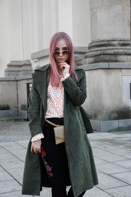 frühlingslook-grüner-trenchcoat-schwarze-straight-leg-jeans-modeblog-berlin-fashionblog-blogger-fashion-outfit-fashionlook
