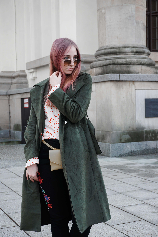 frühlingslook-grüner-trenchcoat-schwarze-straight-leg-jeans-modeblog-berlin-fashionblog-blogger-fashion