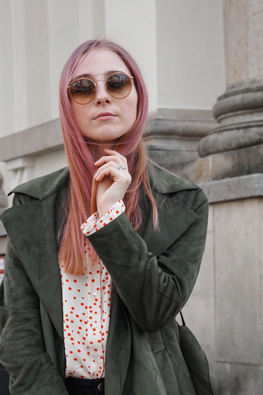 frühlingslook-grüner-trenchcoat-schwarze-straight-leg-jeans-modeblog-berlin-fashionblog-blogger-fashion-outfit-rosa-haare
