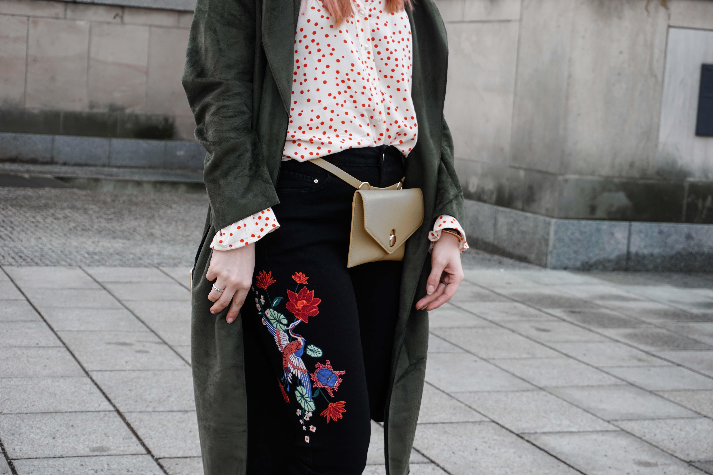 frühlingslook-grüner-trenchcoat-schwarze-straight-leg-jeans-modeblog-berlin-fashionblog-blogger-fashion-outfit-belt-bag