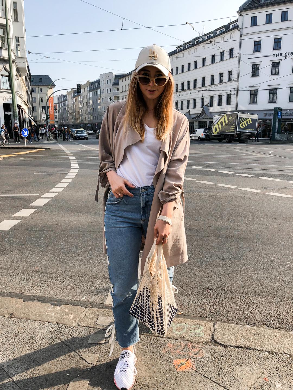 sportlicher-frühlingslook-baseball-cap-la-dodgers-blue-jeans-schnürungen-adidas-deerupt-runner-berliner-modeblog-fashionblog-berlin